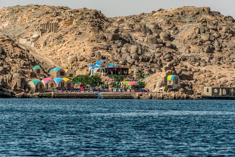 Marina Philae EGYPT 20 05 2018 - Solaih Nubian Restaurant e Guest House Philae Lake con navi turistiche fotografia stock