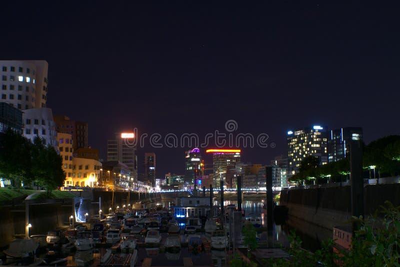 Marina przed pejzażem miejskim przy nocą fotografia stock