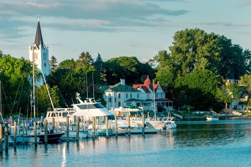 Marina przy Mackinac wyspą z Sainte Anne kościół za nim zdjęcie royalty free