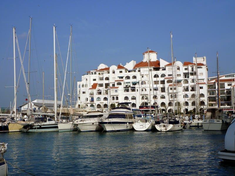 Marina Quay, Gibraltar, com iate e apartamentos do luxo fotografia de stock