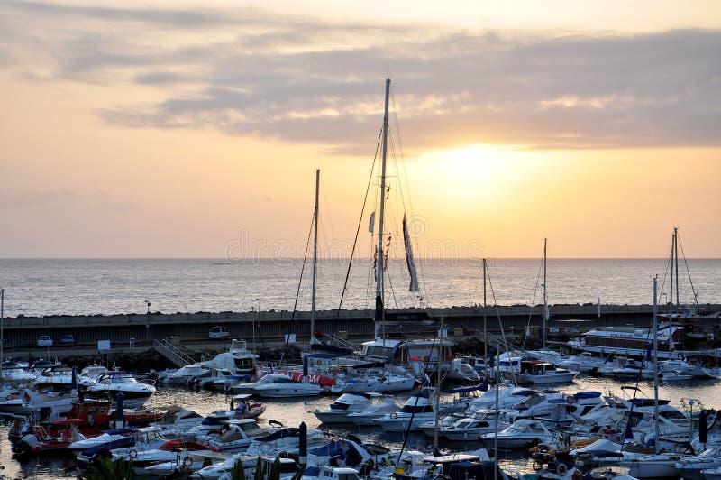 Marina vid havet på solnedgången royaltyfri foto
