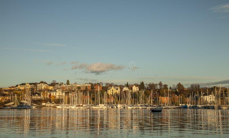 Marina w Oslo w wieczór, złoci światła zmierzch zdjęcia royalty free