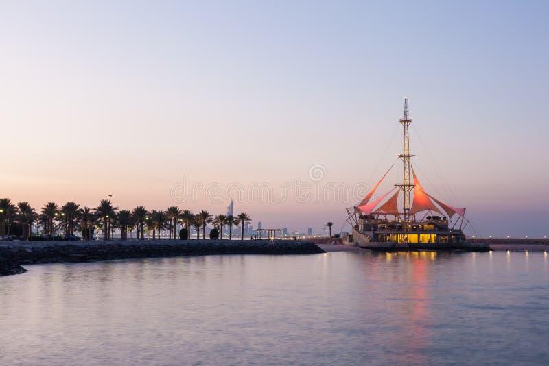 Marina Waves Pavilion an der Dämmerung, Kuwait lizenzfreie stockfotos