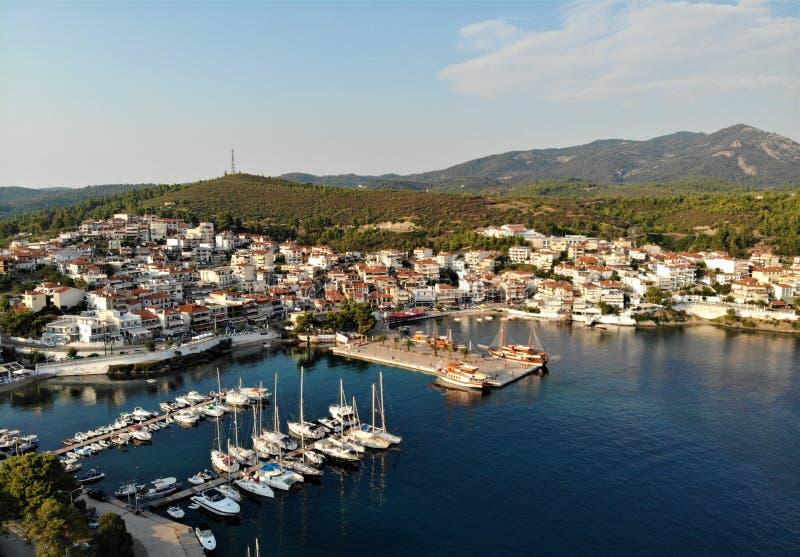 Marina z łodziami w Neos Marmaras, morze egejskie, Sithonia, Grecja zdjęcie royalty free