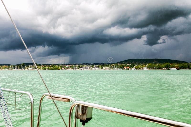 Marina z żeglowanie jachtami, zła pogoda zdjęcie royalty free