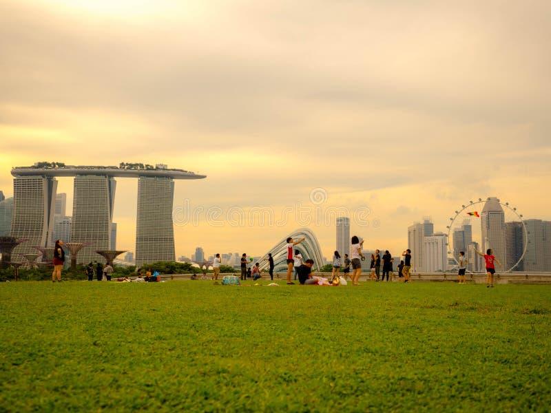 Marina zapora SINGAPUR, NOV - 25, 2018: Rekreacyjny teren w Marina zaporze, tama w Singapur z Singapore miasta widokiem dokąd obrazy stock