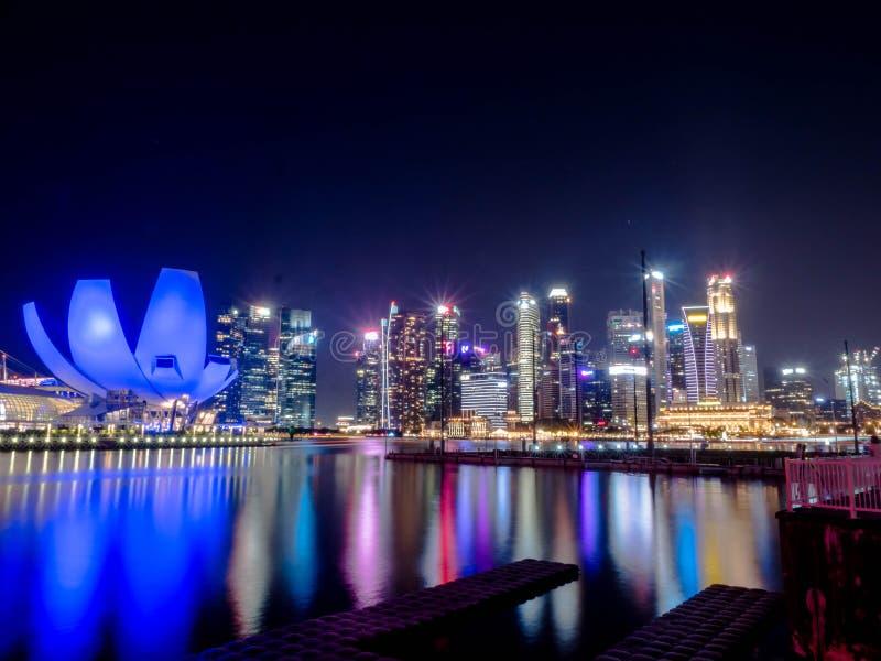 MARINA zatoka - SINGAPUR, 24 2018 NOV: Helix most jest zwyczajnego mostu zazębiania Marina Centre z Marina południe w Marina obrazy royalty free