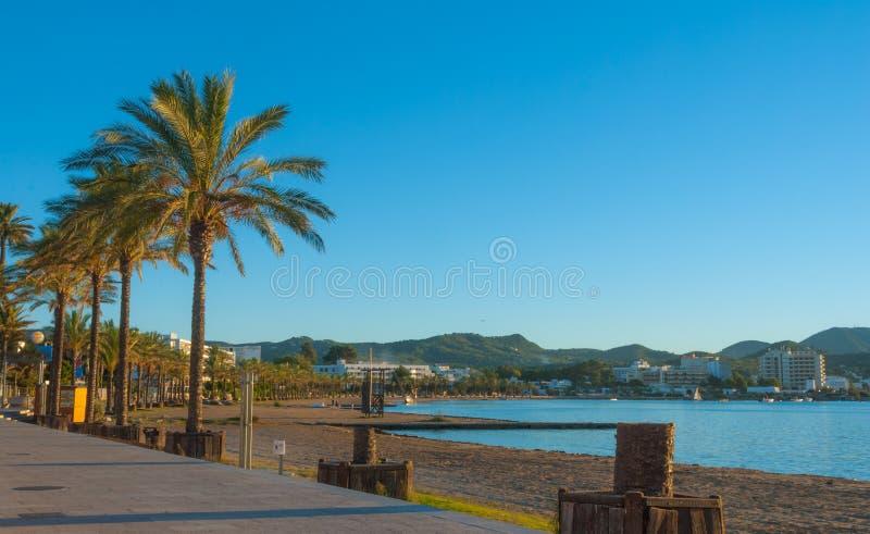 Marina & zatoka w St Antoni De Portmany, Ibiza, Balearic wyspy, Hiszpania Spokojna woda wzdłuż boardwalk & plaża w ciepłym, opóźn obrazy royalty free