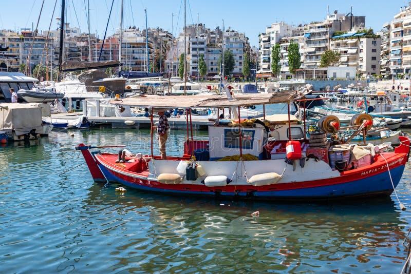 Marina Zeas à Le Pirée, Grèce Beaucoup de pêche-bateaux préparent pour naviguer en mer calme fond de ville et de ciel image libre de droits