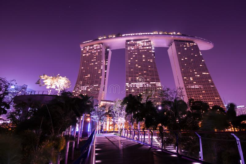 Marinabay Sands no Garden by Bay à noite imagens de stock