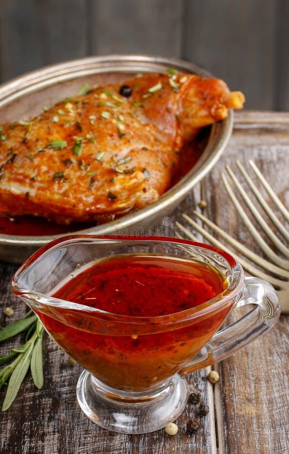 Marinade rouge de miel et de poivre dans le bateau de sauce au jus en verre photo libre de droits