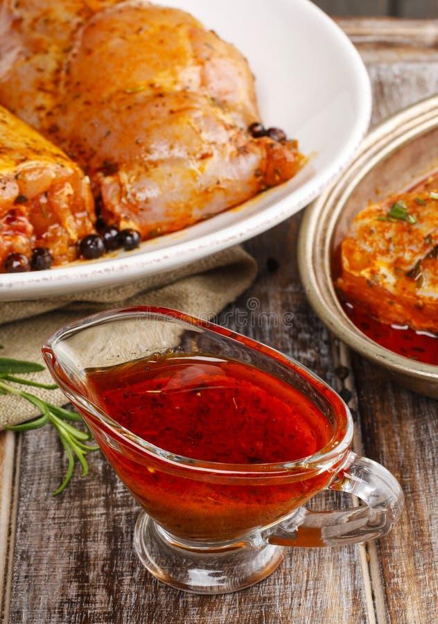 Marinade rouge de miel et de poivre dans le bateau de sauce au jus en verre photographie stock
