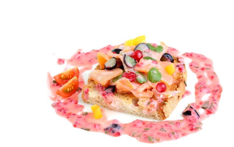 Marinadenlachse mit dem Salat lokalisiert stockbilder