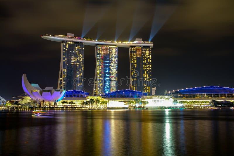 MARINAFJÄRD, SINGAPORE - APRIL 10,2016: laser-show på Marina Bay Sands Hotel i natt på Singapore arkivfoto