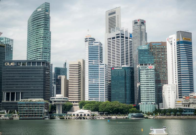 Marinafjärd, Singapore - NOVEMBER 24, 2018: Sikt av det finansiella området för Singapore affär på marinafjärden royaltyfri foto