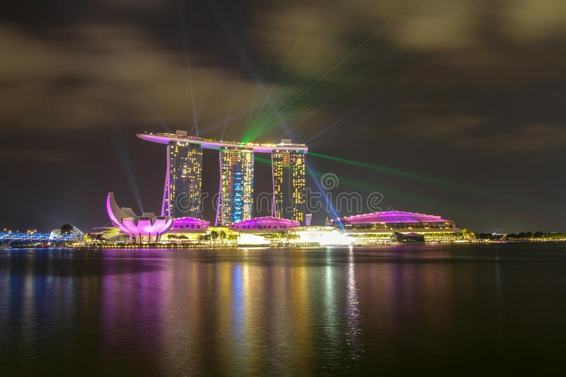 MARINAFJ?RD, SINGAPORE - APRIL 10,2016: laser-show p? Marina Bay Sands Hotel i natt p? Singapore royaltyfri foto