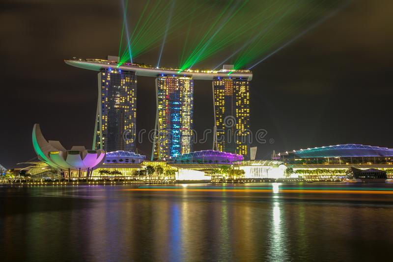 MARINAFJ?RD, SINGAPORE - APRIL 10,2016: laser-show p? Marina Bay Sands Hotel i natt p? Singapore royaltyfri foto