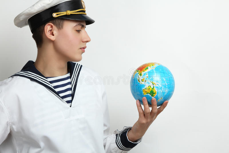 Marinaio che tiene un globo fotografia stock libera da diritti