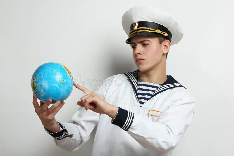 Marinaio che tiene un globo fotografia stock