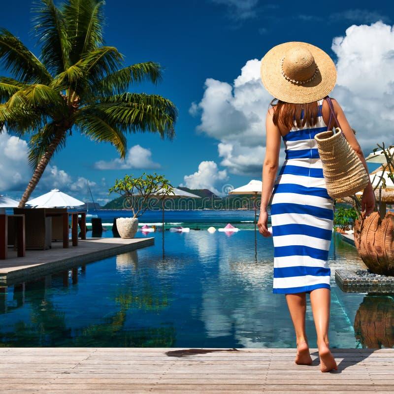 Marinaio della donna barrato in vestito vicino al poolside fotografie stock