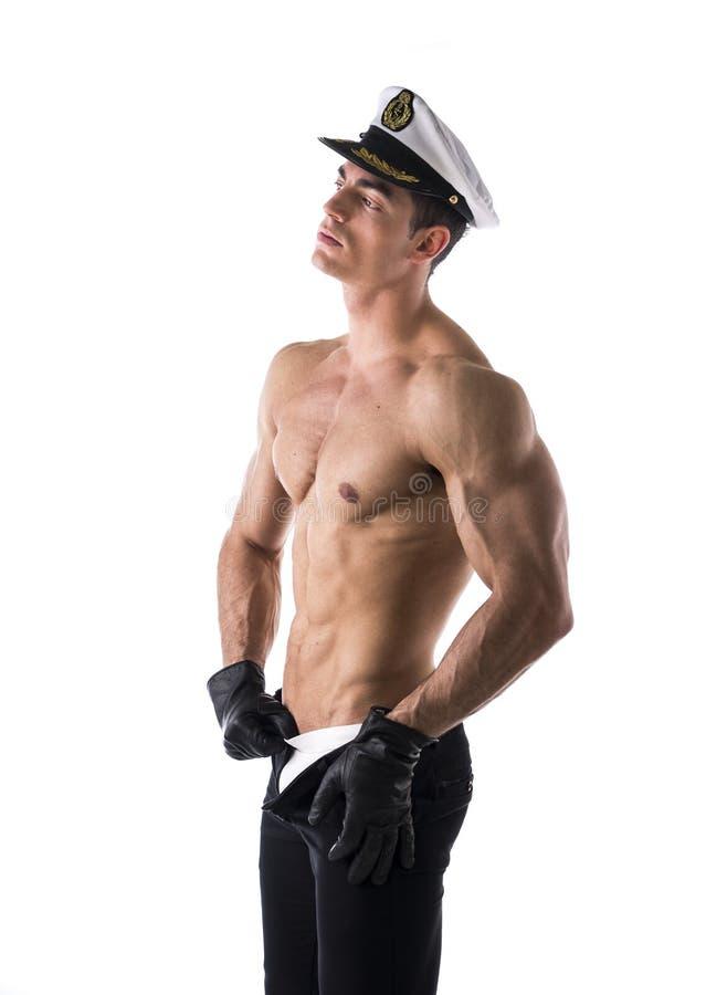Marinaio maschio senza camicia muscolare con il cappello nautico fotografia stock