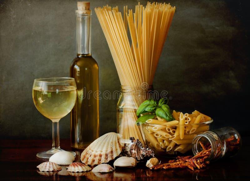 Marinara di alla della pasta con i molluschi ed il vino bianco fotografia stock