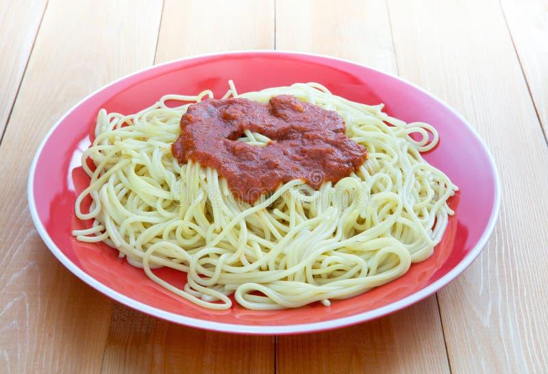 Marinara som överträffar över nytt lagad mat pasta fotografering för bildbyråer