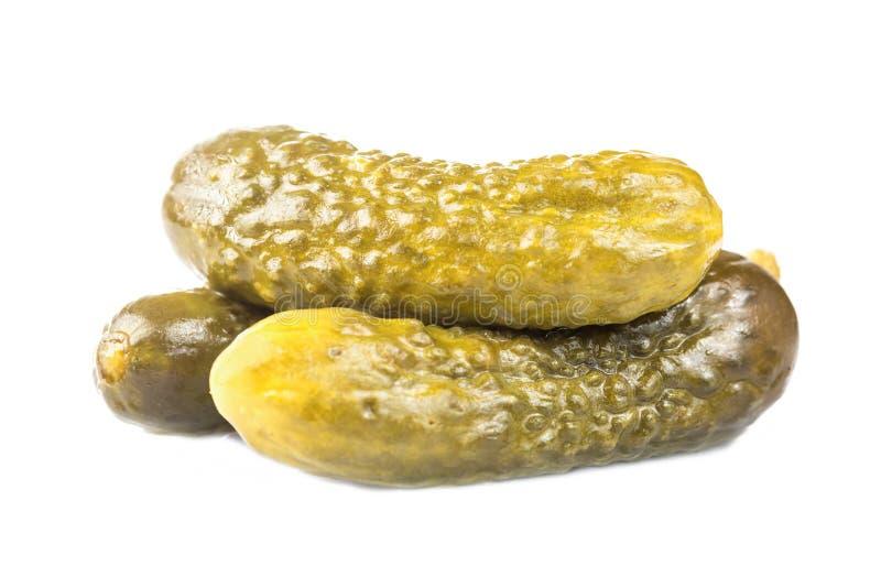 Marinated在白色背景隔绝的酱瓜嫩黄瓜 库存照片