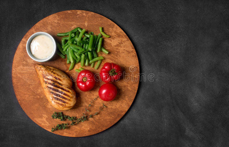 Marinated烤了健康鸡胸脯服务与菜 库存照片