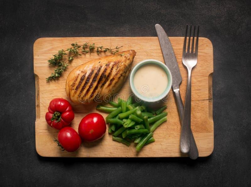 Marinated烤了健康鸡胸脯服务与菜 图库摄影