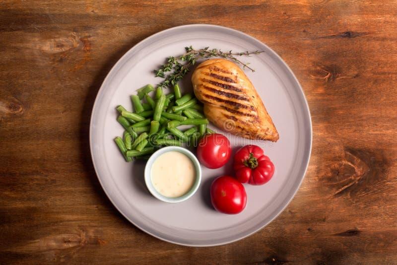 Marinated烤了健康鸡胸脯服务与菜 免版税库存图片