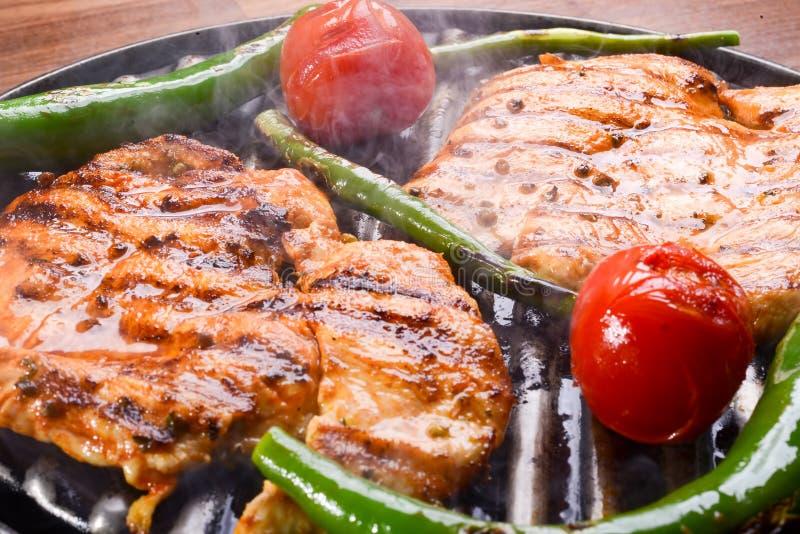 Marinated烤了在夏天BBQ烹调的健康鸡胸脯并且服务用新鲜的草本 免版税库存照片