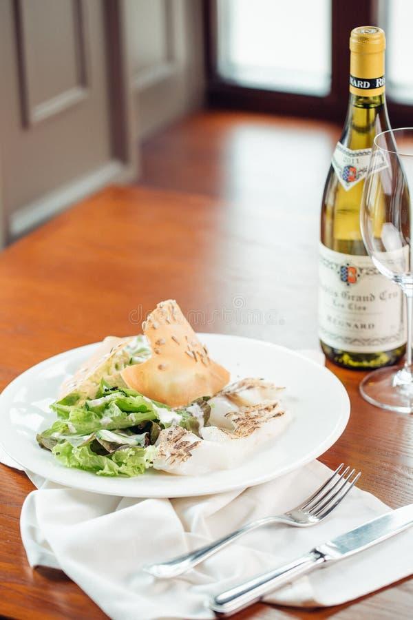 Marinated烤了鸡烹调在BBQ和服务用在一个木板的草本 免版税库存图片
