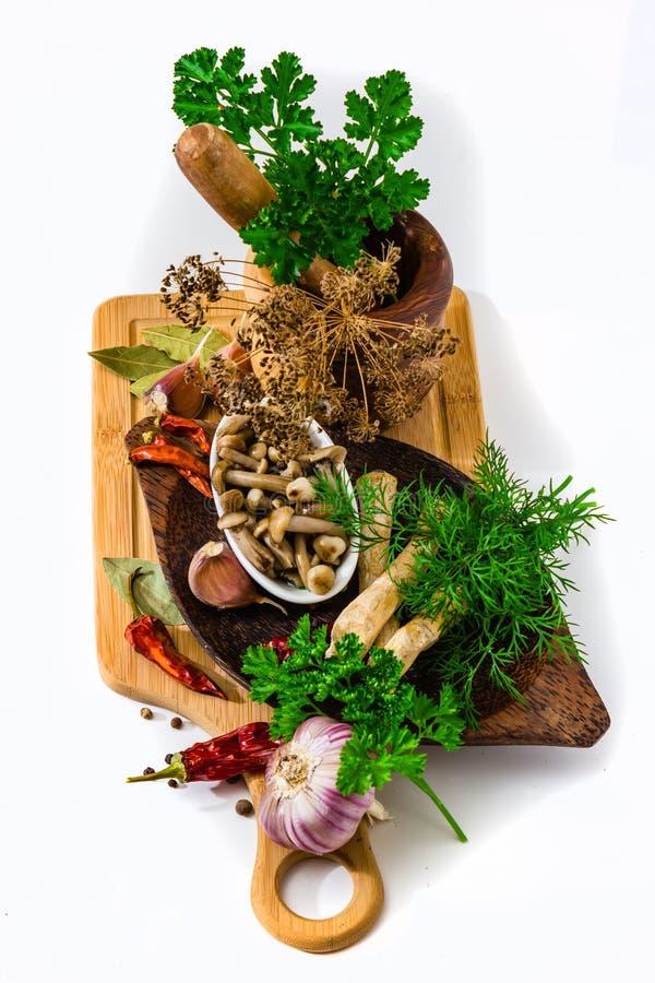Marinated грибы в чашке на предпосылке специй стоковые изображения rf