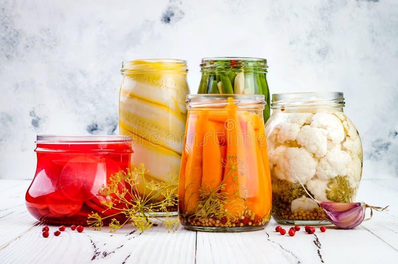 Marinated разнообразие солениь сохраняя опарникы Домодельные зеленые фасоли, сквош, редиска, моркови, соленья цветной капусты Зак стоковая фотография