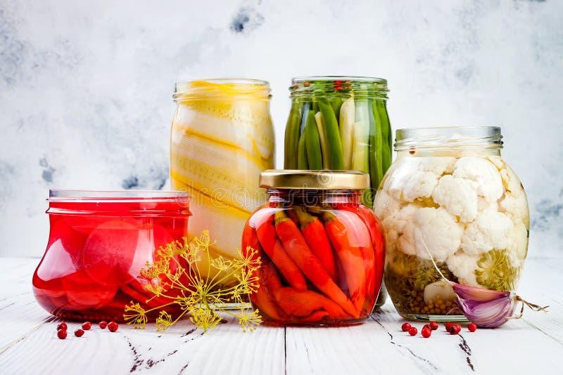 Marinated разнообразие солениь сохраняя опарникы Домодельные зеленые фасоли, сквош, редиска, моркови, соленья цветной капусты Зак стоковое изображение