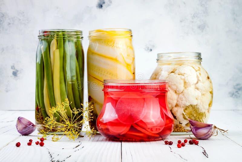 Marinated разнообразие солениь сохраняя опарникы Домодельные зеленые фасоли, сквош, редиска, соленья цветной капусты Заквашенная  стоковые изображения