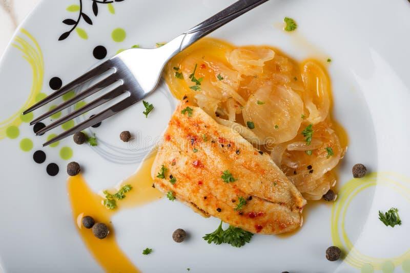 Marinated рыбы с соусом и травами лука стоковое фото rf