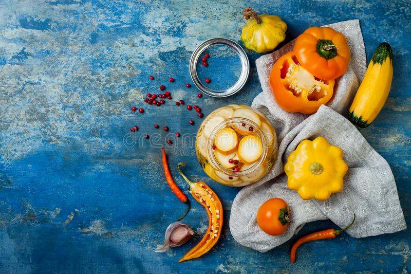 Marinated соленья сохраняя опарникы Домодельные желтые соленья овощей Заквашенная еда Взгляд сверху стоковая фотография