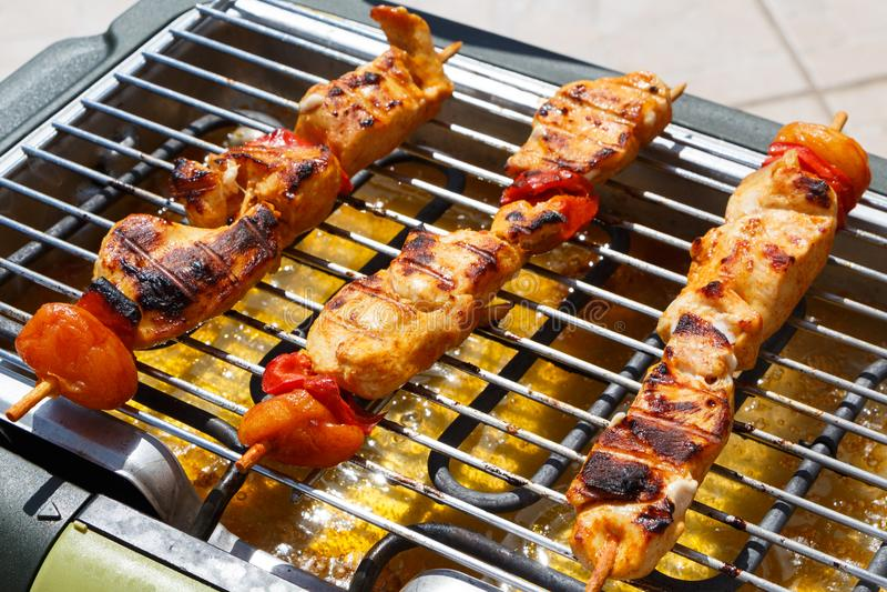 Marinated brochette цыпленка на электрическом барбекю стоковая фотография rf