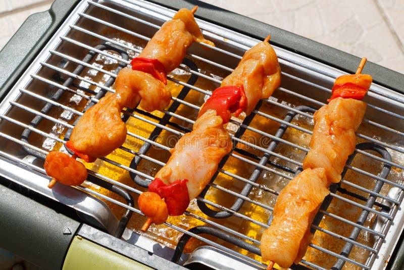 Marinated brochette цыпленка на электрическом барбекю стоковое фото