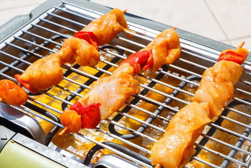 Marinated brochette цыпленка на электрическом барбекю стоковые фотографии rf