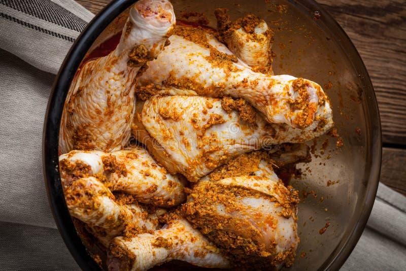 Marinated drumsticks цыпленка в стеклянном шаре стоковые изображения rf