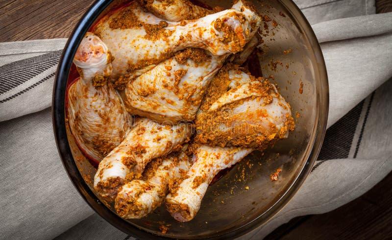 Marinated drumsticks цыпленка в стеклянном шаре стоковая фотография rf