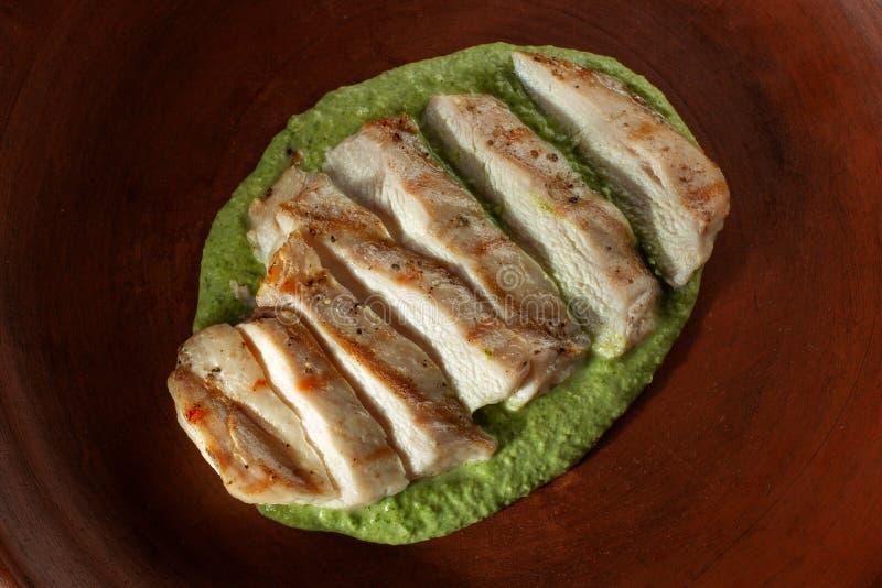 Marinated a grillé des blancs de poulet cuits D'un plat d'argile image libre de droits