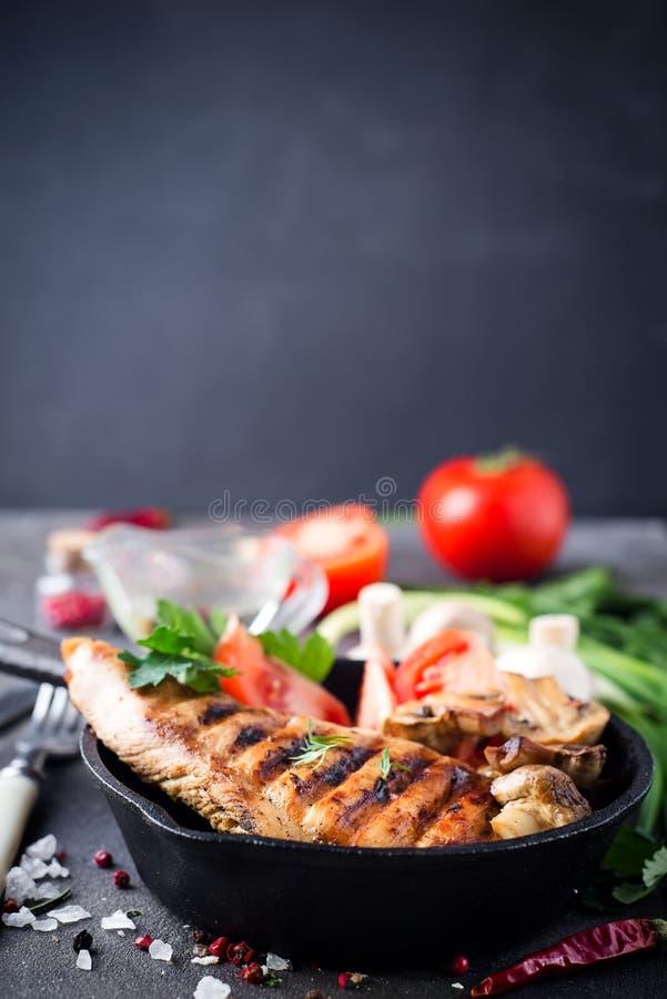Marinated a grillé les blancs de poulet sains photo stock