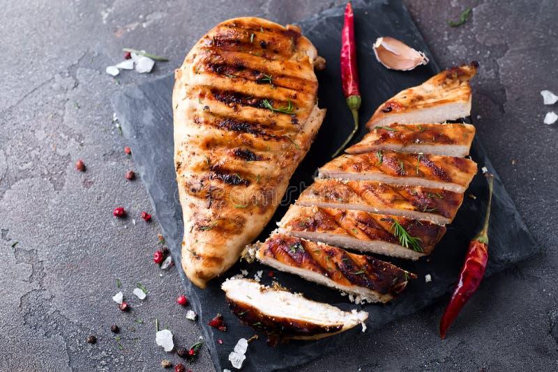 Marinated a grillé les blancs de poulet sains image stock
