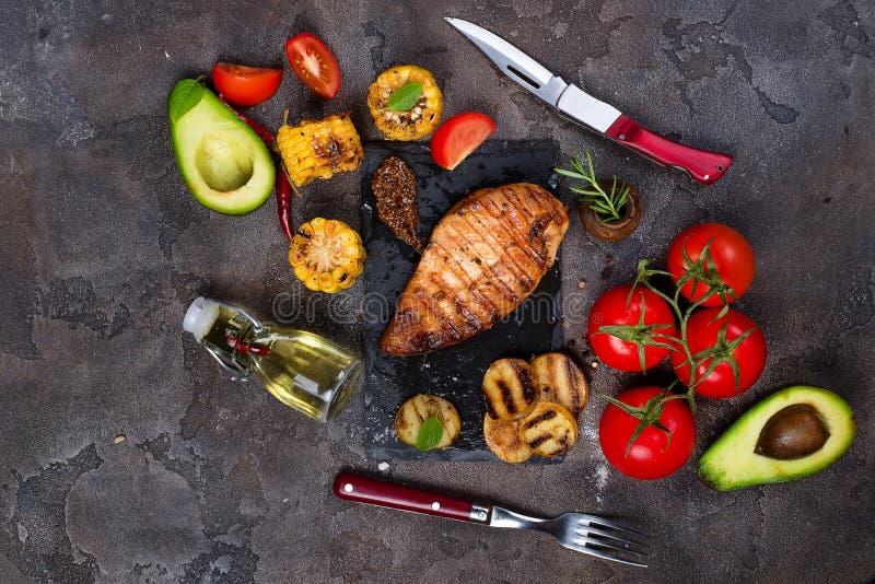 Marinated a grillé les blancs de poulet sains cuits sur le BBQ et servis avec la tomate, l'avocat, les pommes de terre et le maïs images stock