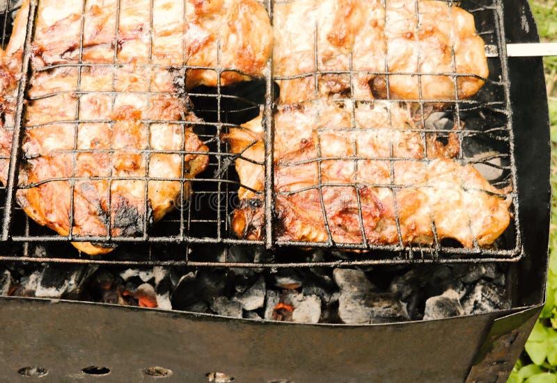Marinated a grillé les blancs de poulet sains cuits un été Shashlik russe traditionnel sur une fin de barbecue  photos stock