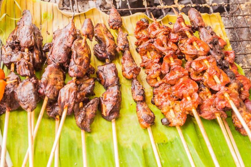 Marinated grillte Huhn für Verkauf am lokalen thailändischen Markt lizenzfreie stockfotografie